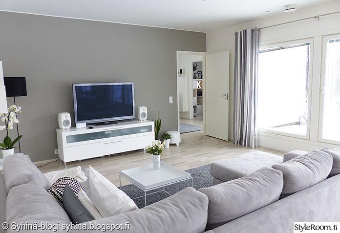 harmaa sohva,kulmasohva,raitaverhot,genelec,moderni,valkoinen tv-taso,hay tray table,hay tray,olohuone