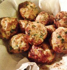 Kipgehaktballetjes uit de Airfryer, met rijst, yoghurt-knoflooksaus, sla en ingelegde groenten. #airfryer