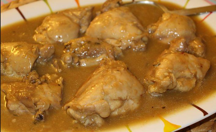 Pollo con cerveza Un clásico de toda la vida, pollo con cerveza. Muy rápido y fácil de preparar. Ingredientes: – Un pollo troceado – Dos zanahorias – Una buena cebolla – Cuatro dientes de ajo – Un pimiento rojo – Medio litro de cerveza – Harina – Sal – Pimienta negra molida – Aceite de oliva virgen extra Preparación: Troceamos el pollo y lo lavamos bién.  Lo escurrimos bién y le echamos sal y pimienta. Reservamos. Pelamos y troceamos la cebolla, los ajos y las dos zanahorias.  El…