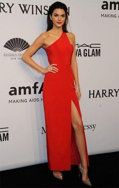<P>Kendall Jenner in een rode jurk die haar lange benen in de kijker zet. De femme fatale van de avond.</P>