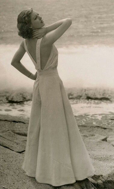 1930s Wide-legged jumpsuit beach pyjamas in white. -  Loretta Young, Photo by Irving Lippman