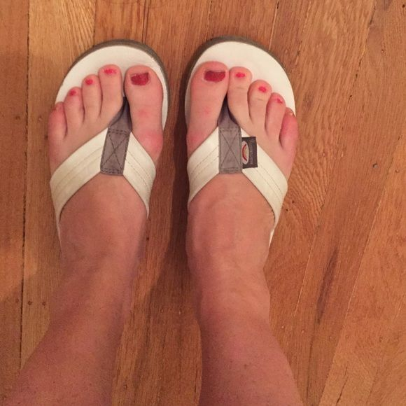 ⚡️SALE⚡️White Rainbow Sandals Authentic white Rainbow sandals, women's medium with arch support! Not too worn-in, still have a lot of life left in them! Rainbow Sandals Shoes Sandals