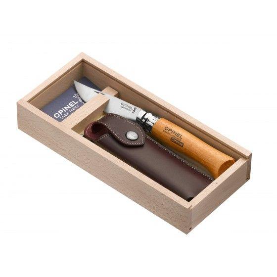 Le fameux canif Opinel dans sa version la plus classique : Le numéro 8. Fabriqué en Savoie. Proposé dans un coffret avec un étui en cuir pour le garder toujours sur soi.
