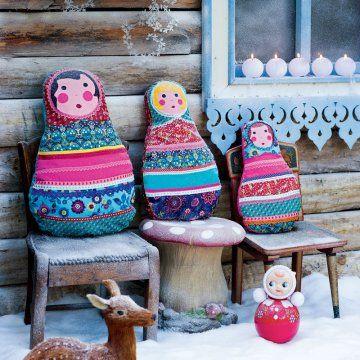 coussin matriochka en tissus à motifs et galons de dentelle multicolores