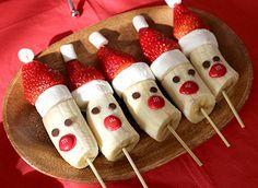 サンタをモチーフにした苺とバナナの串刺しフルーツ