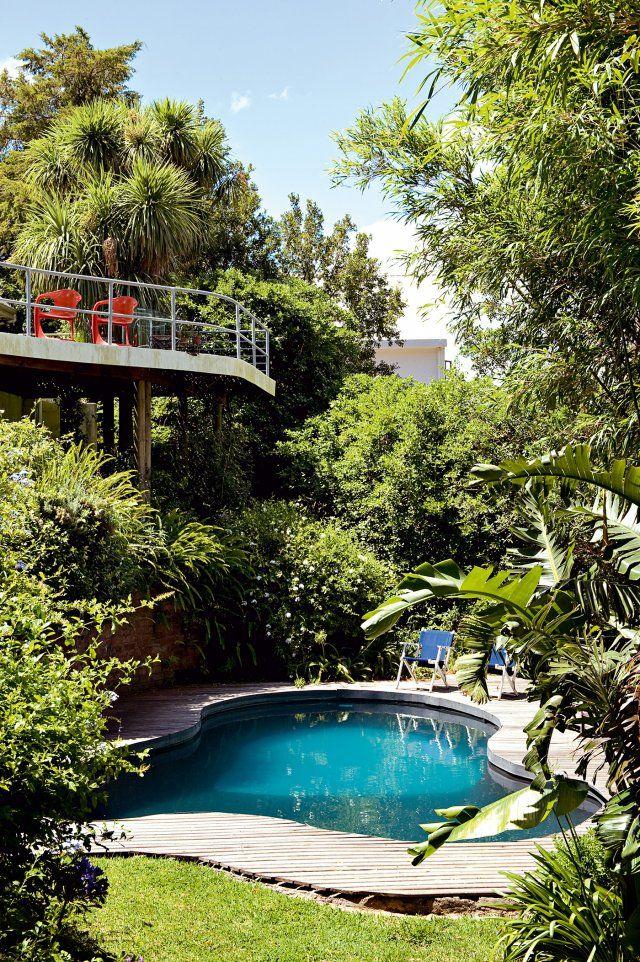 Une plage en bois de teck pour sublimer la piscine. Pour une piscine au cœur du jardin, pensez à mettre en valeur cette dernière en l'entourant d'une plage en bois de teck. Vous gagnerez ainsi autant en confort qu'en style !