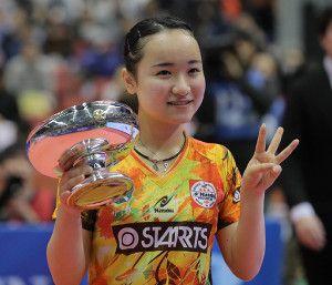 女子シングルで初優勝した伊藤美誠は皇后杯を手に3冠ポーズ