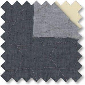quilt+m/stars+blå/grå+Udsnit+10x10+cm.+Dobbelt+quiltet+med+lysegrå+bagside.+5%+BOMULD,+95%+POLYESTER Bredde:+132+cm. Pude+40x40+cm  Dobbelt+quiltet+voile+med+stjernequilt.+Blå+på+den+ene+side+grå+på+den+anden.  +-+stof2000.dk