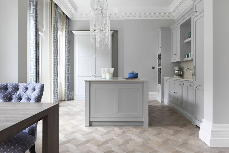 Ton på golven. Ash matt.  Ash grey Oak in Element7's unique Mansion weave pattern. Kitchen created by Lily London Interiors