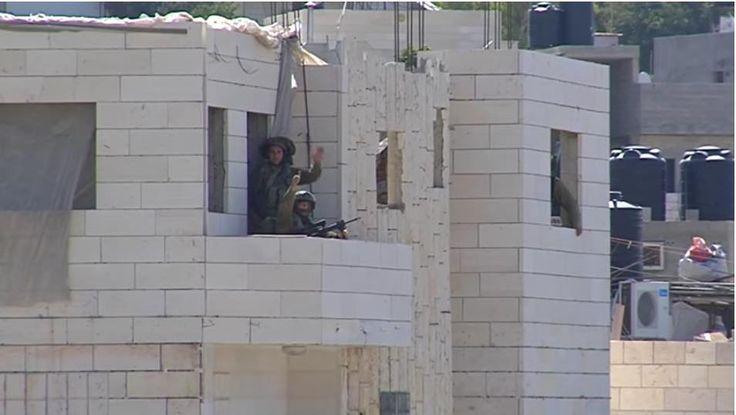 """Biadab sebelum menembak seorang pemuda Palestina penembak jitu """"Israel"""" ini bertanya mau ditembak di mana  HEBRON (Arrahmah.com) - Sebuah video berdurasi 2 menit 27 detik beredar di dunia maya menampilkan seorang penembak jitu """"Israel"""" sedang bertanya kepada seorang pemuda Palestina """"Kamu maunya di mana?"""" setelah menembak pemuda itu empat kali.  Insiden itu terjadi pada 16 Agustus 2016 saat militer """"Israel"""" menyerang kamp pengungsi al-Fawwar di Hebron.  Penembak jitu menembakkan empat peluru…"""