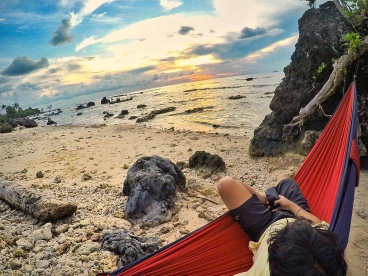 #sunset hari itu indah. Dan mendung tidak lagi menawarkan hujan.  #beach #hammock #hammocklife #travelerbaper  #traveling #banten #pandeglang #exploreindonesia #explorepandeglang by @drayanaindra