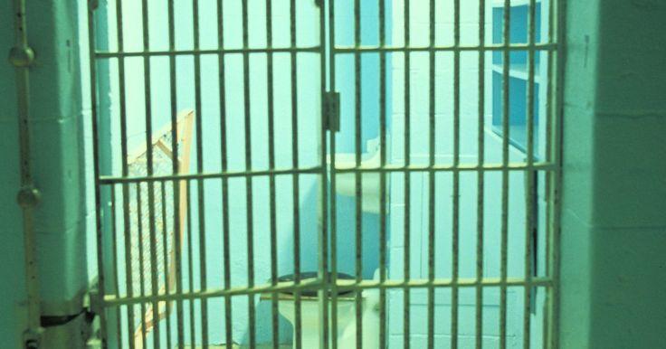Cómo presentar cargos por robo de identidad. El robo de identidad ocurre cuando una persona roba el número del Seguro Social, la tarjeta de crédito u otra información personal de otra persona y la utiliza para cometer un fraude, un robo u otros crímenes. Muchos ladrones de identidad usan Internet para obtener información personal. La mejor protección frente al robo de identidad es la ...