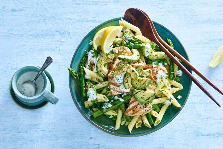 Dé picknickfavoriet: pastasalade. In deze zitten knapperige groenten en gegrilde kalkoen. Smullen! - Recept - Allerhande
