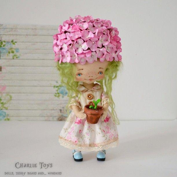 Розовая Гортензия, снята с резерва и ищет . Описание приложу в комментарии) #гортензия #цветок #розовый #кукла #куклаизткани #хэндмэйд #ручнаяработа #doll #artdoll #handmade #ooak #flowers #pink #hydrangea