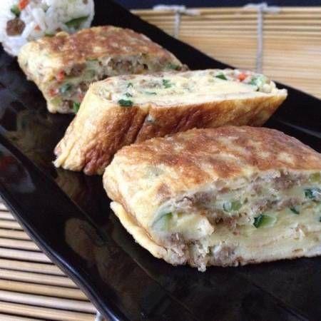 """""""nah, sisa olahan daging plus sayuran di Beef Jumeok, aku buat sebagai isian telur gulungnya. dijadikan Bekal Bento Khalisa cantik Banget, dimakan buat sarapan ibuku sisanya."""" --Evi Khalisa. Lihat selengkapnya di http://dapurmasak.com/resep/7080-resep-daging-sapi-telur-gulungsugogi-gyeran-mall-1"""