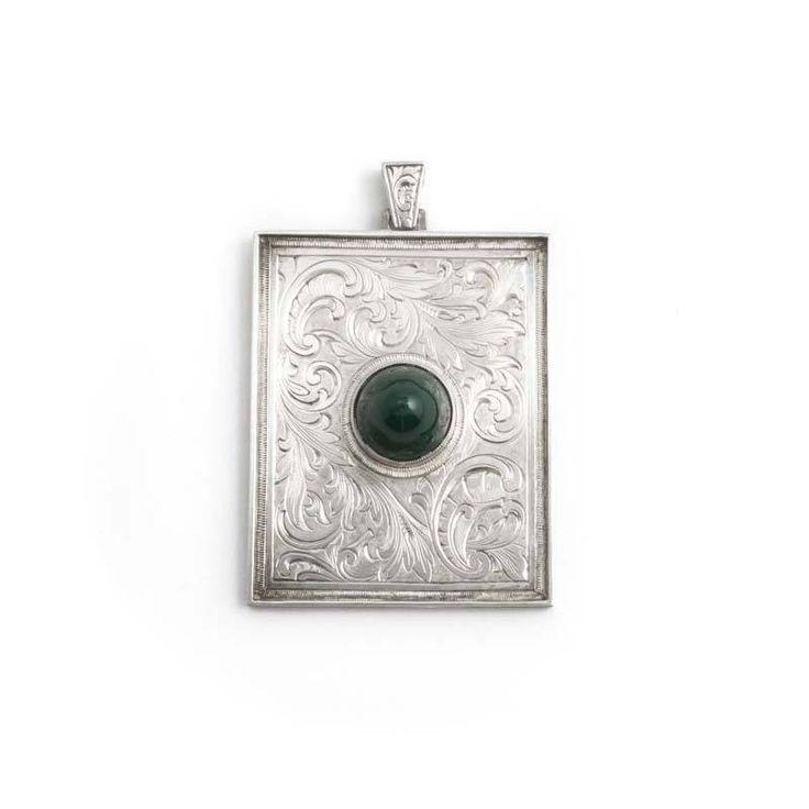 Zeer bijzondere zilveren Jugendstil hanger met graveringen van krullen en blaadjes. In het midden een groene agaat edelsteen.
