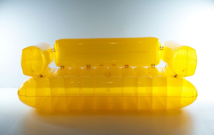 """Canapé """"Chesterfield"""", polychlorure de vinyle translucide jaune, fait partit de la collection """"Aérospace"""" de Quasar Khanh en 1968. Il voulait trouver capable de créer une pression supérieure au plomb qui sera l'air comprimé. Il crée alors une gamme de mobilier gonflable."""