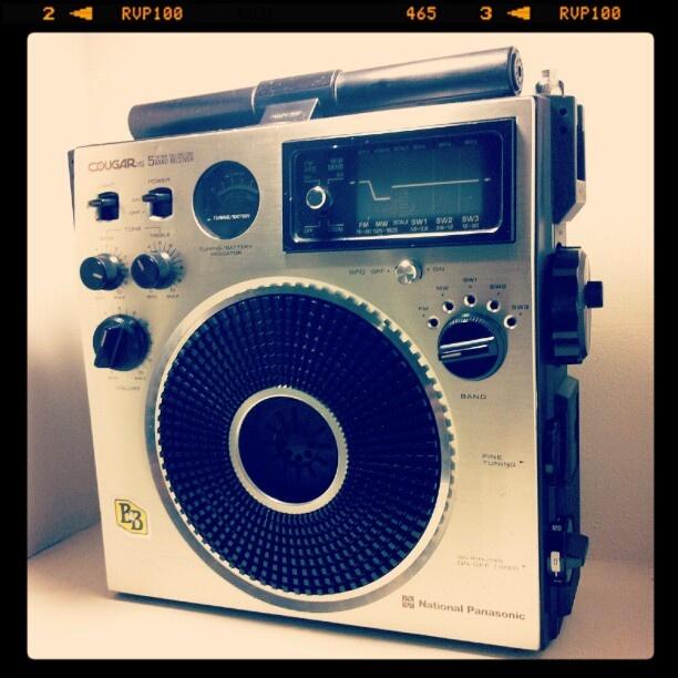 National クーガー115というモデルらしい。昔のラジオ。昔のデザインって、迫力あって、カッチョエェー(・・;) (Instagramで撮影)