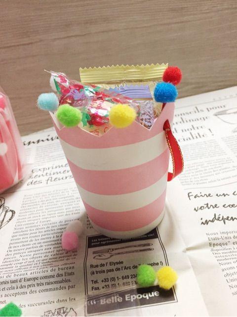 クッキーやキャンディーを入れてお土産やおすそ分けしたい時、こんな可愛い紙コップのラッピングBOXがお勧め。 紙コップは丈夫なのでクッキーも割れませんね♪ 渡す人も、もらう人も笑顔にしちゃう紙コップラッピングのアイディアを紹介します。 作り方は、とっても簡単!覚えておくとクリスマスやバレンタインに使えちゃいますよ♪ | ページ1
