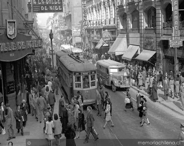Chile, Santiago. Vista panorámica de calle Ahumada en el año 1940. Se. En carros, micros y tranvías de la época