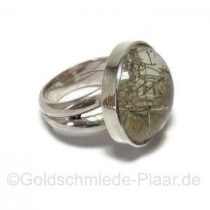 Silberring mit Rutilquarz. Der große im Cabochon geschliffene Edelstein ist von mit bewusst zu einem schlichten Ring verarbeitet worden.