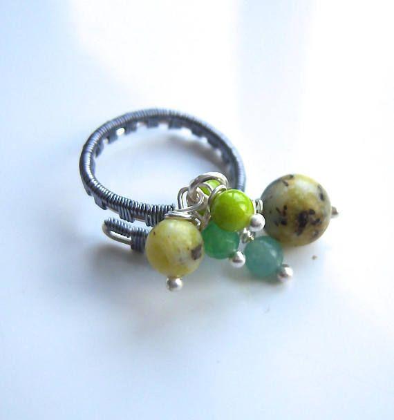 Bague wire wrap avec des perles d'agate verte jaune et