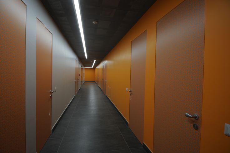 Un corridoio delle camere studenti del piano arancione del collegio universitario Einaudi, sezione Po.  Progetto di ristrutturazione di Luca Moretto