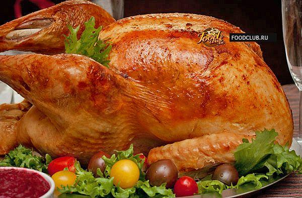 Индейка, запеченная в духовке целиком — традиционное американское блюдо. Чаще всего ее готовят на день благодарения, а еще на рождество, новый год и другие праздники, когда за столом собирается вся семья.  <br><br> Одна запеченная индейка может накормить 8-12 человек, при этом пища будет не тяжелой, а достаточно диетической. Кроме того, основное время, пока индейка будет готовиться, вы будете свободны и сможете заняться другими делами.