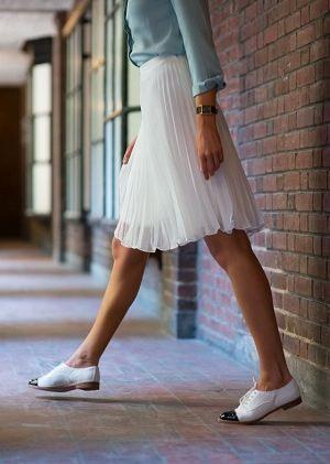 白のオックスフォードシューズはガーリーになり過ぎないのが良いところ。白ベースだと作りこみ過ぎてない感があるので、チュールスカートやシフォンスカートなどちょっと甘めボトムスと合わせるとバランスもいいです。  茶色ほど定番ぽくないけれど奇抜すぎない白のレースアップシューズは着まわし力抜群。