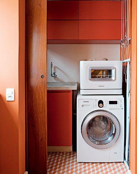 Dotada de janela com vista, a área de serviço original passou a integrar a cozinha. E o banheiro de serviço virou lavanderia – um cubículo, na verdade, mas suficiente para o rapaz que vive sozinho. Projeto do arquiteto Gustavo Calazans