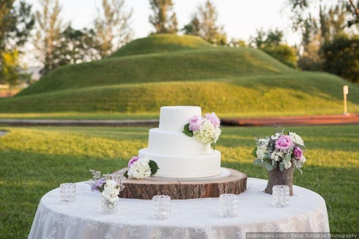 Base per la torta nuziale con tronco di legno per un matrimonio campestre