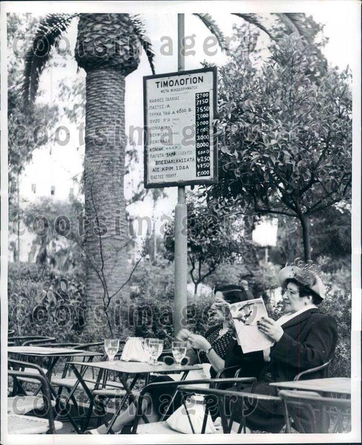 Αθήνα, κυρίες, έξω από ένα καφενείο, 1952, women at cafe in Athens, #solebike…