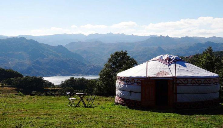 """A 900 metros de altitude, este """"acampamento"""" tem um jacuzzi ao ar livre com vista para o Parque Nacional Peneda-Gerês, redes e baloiços nos bosques, um tipi que serve de cozinha partilhada e quatro yurts confortáveis e com uma decoração colorida. Para além da paisagem deslumbrante, o que diferencia o Nomad Planet são as atividades: … Continued"""