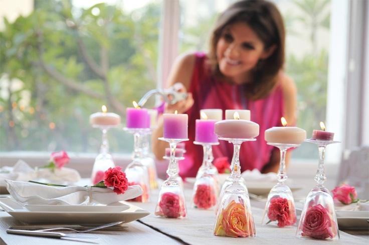 Com flores e taças, imprima uma decoração de novela à sua mesa de jantar.