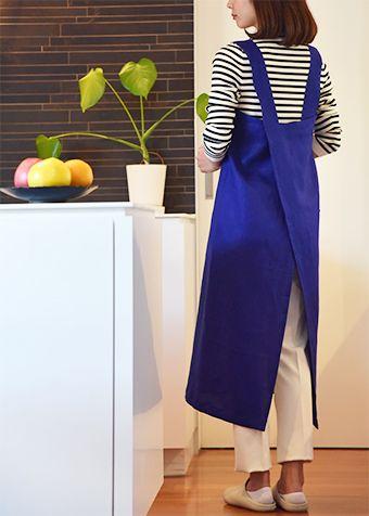 ◆ you*kaの一言  体型を選ばずゆったり着られるエプロンは プレゼントにもおすすめのアイテムです。  ボタンや金具が必要ないので布地があれば すぐに作れるのも魅力のひとつ。  下に着たお洋服もしわになりにくく 首に負担の掛からない太い肩ひものエプロン。 着丈や肩ひもの長さは微調整できるから 自分にぴったりのエプロンが作れます♪    ■モデル:身長162cm ■使用布地:CHECK&STRIPE やさしいリネン(アイリス)    商品サイズ(商品の仕上がり寸法です)  ■FREEサイズ 長さ90cm(80cm)×幅106cm ※肩ひもは含みません  材料  * 表地:薄手から普通の布帛地 110cm幅以上×1.3M(ショート丈1.2M)  リネン、ダンガリー、スラブ、シャツコール、フランネル * 60番スパン糸(地縫い/ステッチ)