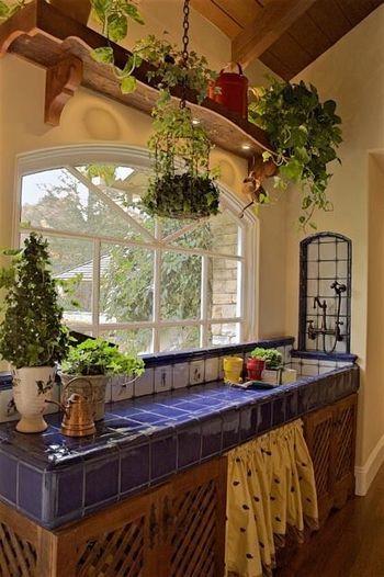 明るいブルーとイエローのコントラストが美しいキッチン。観葉植物のコーディネートもステキですよね!サンタフェの、照り付ける太陽にも負けない明るいインテリアコーディネートです。