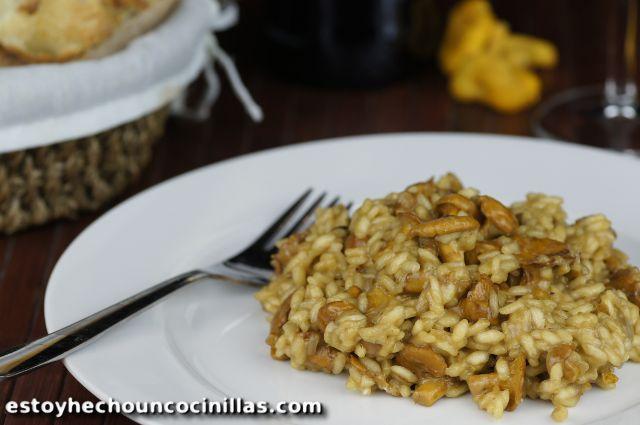 Cómo preparar risotto de rebozuelos. Receta fácil paso a paso. Un rico plato de arroz con estas setas de verano-otoño de sabor agradable y textura suave.