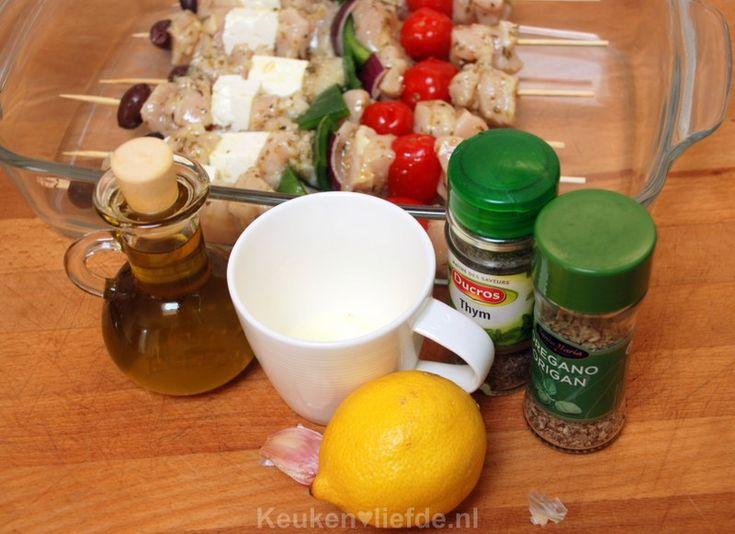 Deze gemarineerde Griekse kipspiesjes doen je direct denken aan de verrukkelijke Griekse salades die in bijna iedere Griekse taverna geserveerd worden.