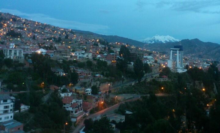 La Paz, barrio de Miraflores y sur, Illimani al fondo.