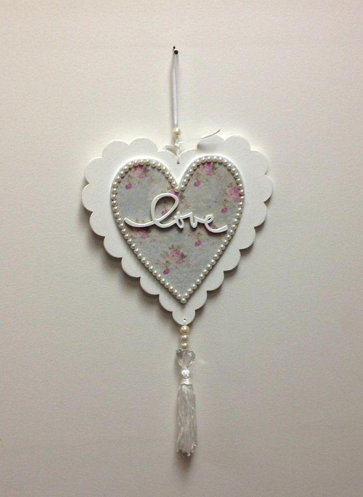 Pingente em mdf, no formato de coração, com recortes a laser e a palavra love, branco com papel de scrapbook e pérolas. <br> <br>Perfeito para presentear quem amamos! <br> <br>Romântico e muito delicado! <br> <br>Pode acompanhar o kit corações, com a mesma decoração.