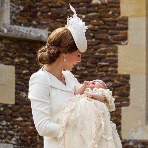 Il #battesimo di #Charlotte Elizabeth Diana tra selfie e bagni di folla - #reali #windsor