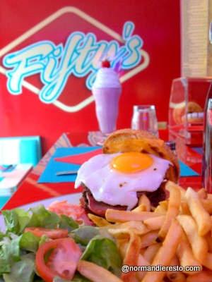 Fifty's American Diner au Havre, comme son nom l'indique, un American Diner, proposant un large choix de Burgers, Bagels et Hotdogs, tous hors calibrage des grandes chaines!