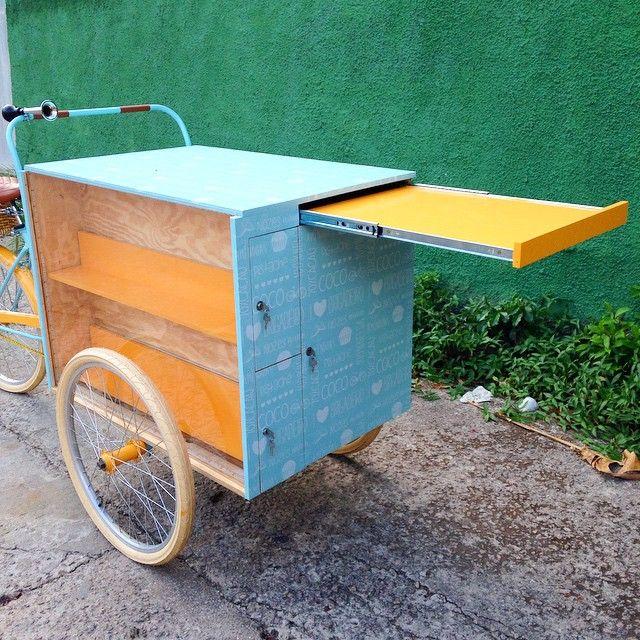 Detalhe da mesa extensível que fica embutida no carrinho. #olebikes #foodbike