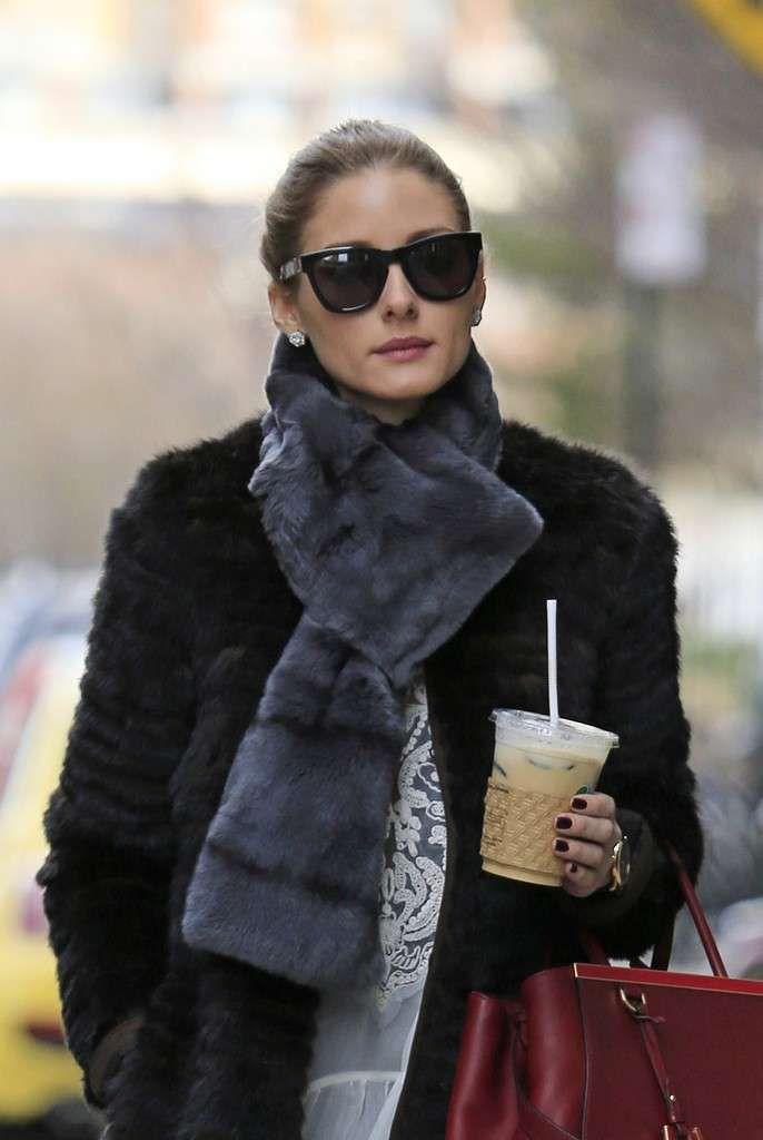 Olivia Palermo: fotos look con abrigo de pelo en NY - Olivia Palermo: look con abrigo de pelo negro en NY primer plano con gafas de sol