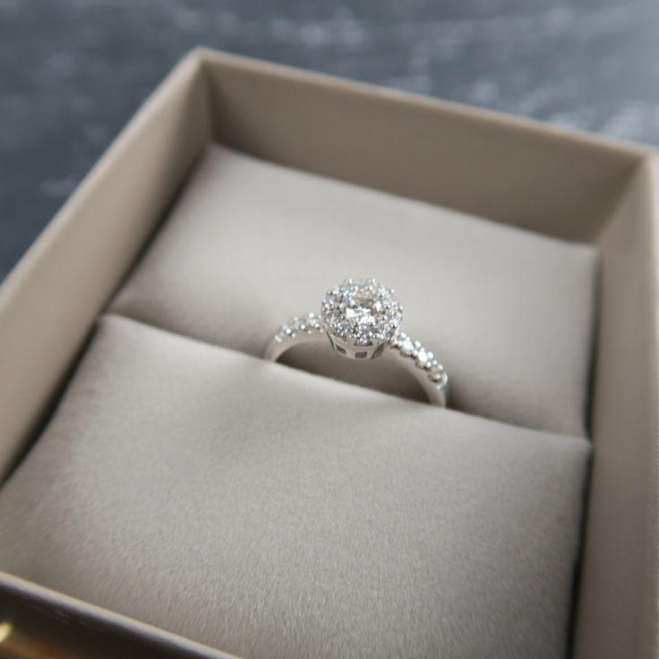 Welche Frau träumt nicht von dem perfekten Verlobungsring?! Hier geht's zu unseren Verlobungsringen auf www.christ.de.