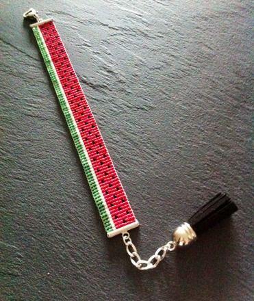 Bracelet tissé à la main. Composé de perles Miyuki vert, blanc, rouge et noir.  Bracelet manchette tissée à la main par mes soins ! Fermeture réglable grâce à une chaînette d'extension terminée par un pompon en suédine, longueur maxi environ 18 cm.  Bead loom