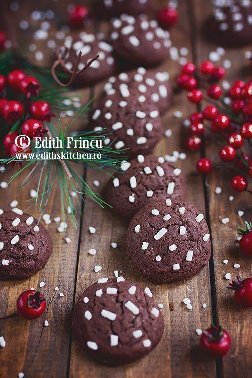 O reteta rapida de biscuiti fragezi si aromati, cu unt, oua, zahar, faina si cacao aromati cu esenta de rom.