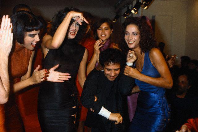 Аззедин Алайя в окружении моделей (1985 год)