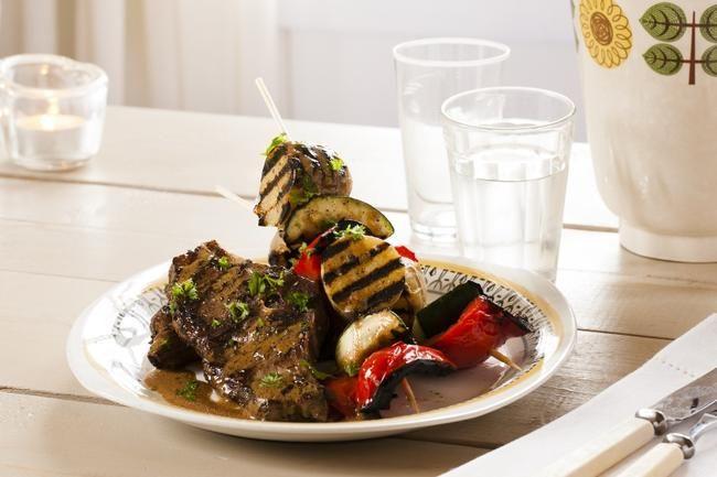 Lammekoteletter med grønnsaksspyd og senneps-vinaigrette - Lam-nam! Om du vil imponere med en grillmiddag i sommer, er dette en kjempegod kandidat. Bland din egen vinaigrette med litt sennep, mens de saftige krydderkotelettene ligger på grillen.