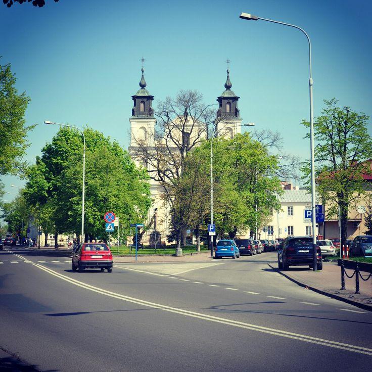 Rzwidlenie ulic Józefa Piłsudskiego i Czerwonego Krzyża.